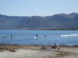 Sup Surfer am Strand von Son Serra De Marina Mallorca